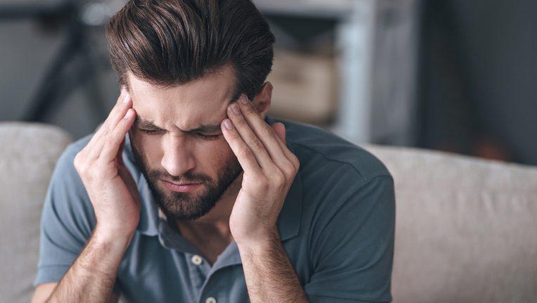 脱水症状になると一番に感じるのは頭痛