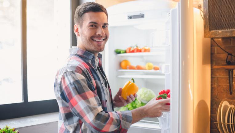 冷蔵庫に入れて、たべものを冷やし、菌が増えないようにする必要